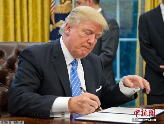 """特朗普还提到美国退出跨太平洋贸易伙伴协议TPP,他说:""""那对我们的工人来说是一项灾难性协议。""""特朗普说,退出就意味着,美国将一对一地谈判达成保护美国工人的协议。参加TPP协议的国家有一系列东亚国家和智利,秘鲁、加拿大和墨西哥。"""