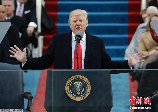 """特朗普强调说,他下达了立即开始在美墨边界建造隔离墙的行政令,并打击庇护非法移民的城市,非法移民在那些城市违反了联邦移民法却不受起诉。特朗普说,这些庇护城市并不安全,""""我们不得不应对可怕的局面。"""""""