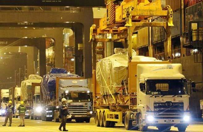 根据香港有线电视播放的影片,数辆卡车载着装甲车驶离扣押处,一旁有武装警察戒备。