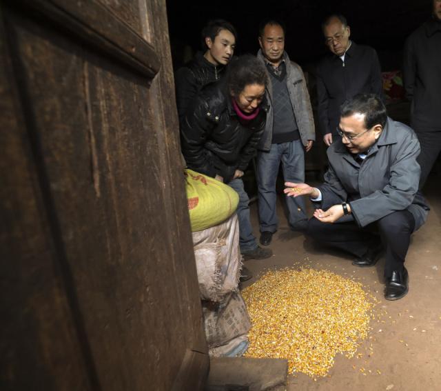 """""""这房子确实不能住啊!""""李克强1月23日来到云南昭通余家大冲自然村,先后走进两户阴冷昏暗的土坯房。屋内四处灌风,屋顶用塑料布堵漏。村里耕地都是贫瘠的挂坡地,作物产量极低。总理动情地对这里的村民说:""""一定让你们尽快从大山深处搬出来!"""""""