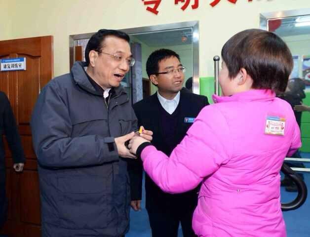 1月26日,李克强来到安康市救助站看望无家可归的老人和流浪儿童。他说,过年是中国最大的节日,中国人最重视家的概念。我们要编实、筑牢社会保障底线,不能让任何人无家可归。他一再对工作人员说:你们不仅照料他们的生活,也给他们一个心灵上的家,这就是大爱。