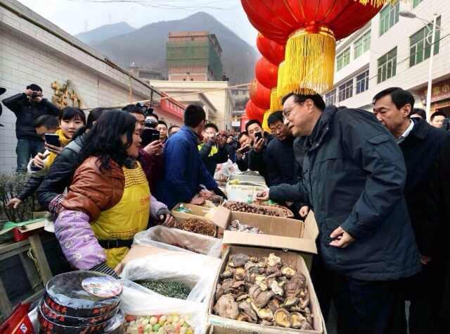 """1月27日上午,李克强来到安康旬阳小河镇集贸市场。离春节还有三天,集市上货源充足,人头攒动。李克强对返乡农民工说,家是每个中国人的""""根""""。春节是中国最大的节日,中国人最重视""""家""""。大家辛苦了一年,回到家里团团圆圆、热气腾腾过个年。"""