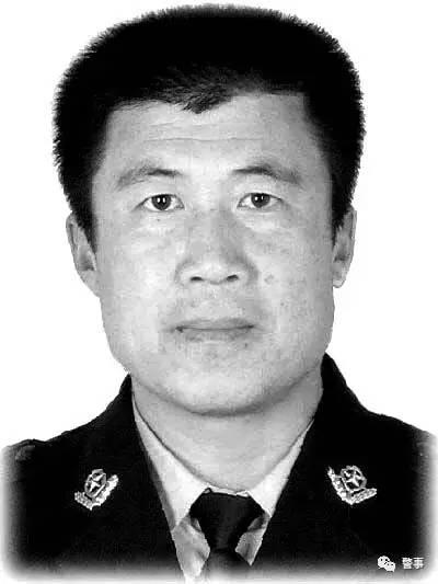 """罗振波,1986年9月入伍,2002年1月转业,分配到铁岭市公安局交通警察支队,一直在一线岗位工作。先后多次被评为""""优秀公务员""""、""""先进个人"""",荣立个人三等功3次。"""