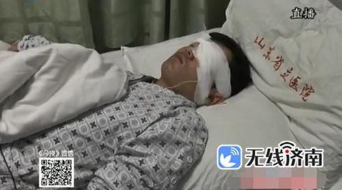 受伤的小伙子姓李,22岁,家是菏郓城的,是一名在校大学生。医生说小李被送到医院时,满脸是血,左眼爆炸伤。