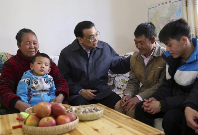 1月23日下午,李克强重返云南昭通鲁甸,在龙头山镇甘家寨安置点考察灾后恢复重建情况时,走进了甘永荣家中。