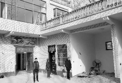 村民们带着记者参观自己家刚盖好的房子