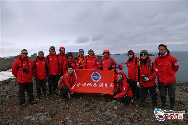 """海洋六号首次任务。当地时间1月27日,中国农历除夕,执行中国第33次南极科考""""海洋六号""""航次登陆考察队完成设计的路线地质考察任务,从中国南极长城站顺利返回科考船。这是""""海洋六号""""科考船科考队员第一次登上了南极陆地开展的地质踏勘考察。"""