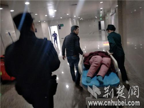民警星夜援驰将昏迷的吴妻送医救治。记者 叶宁 摄
