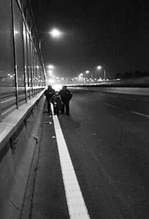 8岁男孩小年月朔夜单独暴走3小时,被民警碰见送回家。孩儿的爸爸妈妈和爷爷奶奶感谢不已,硬要拉着民警回家喝口茶。