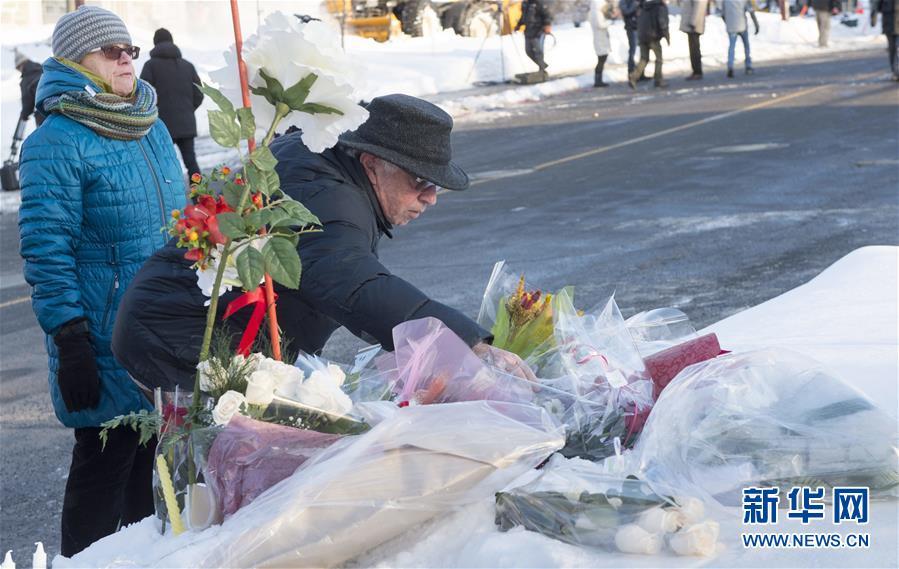 这是1月30日在加拿大魁北克市发生恐袭的伊斯兰文化中心附近拍摄的民众摆放的鲜花。加拿大魁北克省省长库亚尔说,29日晚发生在魁北克市伊斯兰文化中心的枪击事件是恐怖袭击。目前这一袭击事件造成6人死亡、8人受伤。新华社/法新