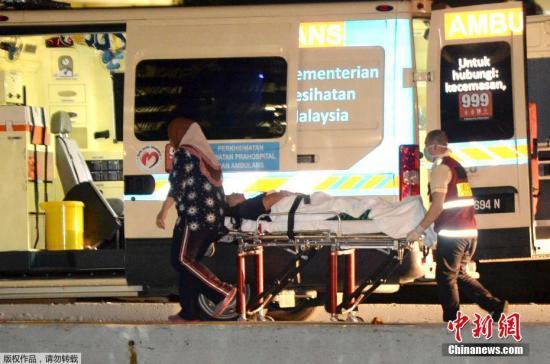 当地时间2017年1月30日,马来西亚哥打基纳巴卢,救援人员在岸边照料受伤乘客。搭载马来西亚沙巴州沉船事件获救中国游客的船只30日凌晨抵达沙巴州首府哥打基纳巴卢,中国驻哥打基纳巴卢总领馆方面确认3名中国游客遇难。