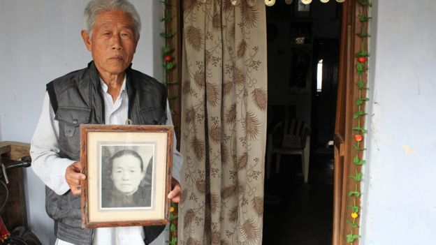 王琦和母亲遗照合影