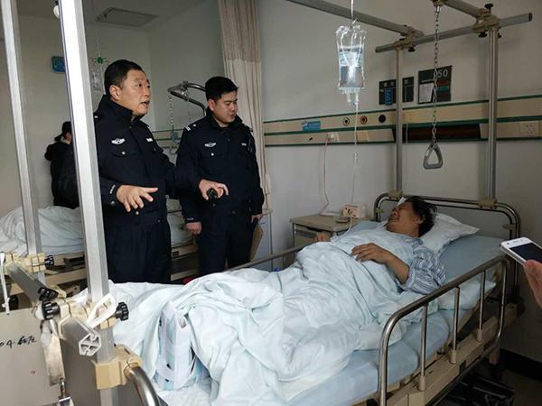扬州交警到医院看望事故中受伤的靳淑海 本文图均为 家属提供 图