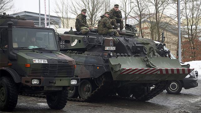 """1月31日,将派往拉脱维亚的德国""""水牛""""装甲抢救车"""
