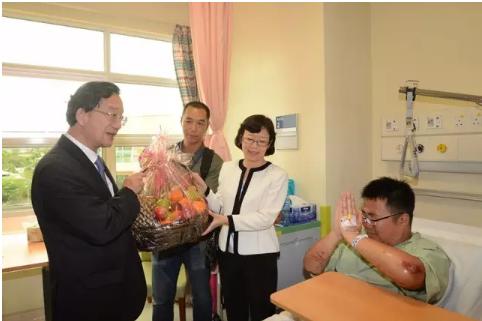中国驻马来西亚大使(左)看望获救游客