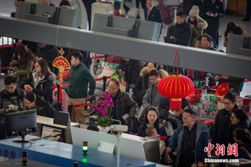 材料图:1月25日,多量游客在南京禄口世界机场打点登机手续。中新社记者 泱波 摄