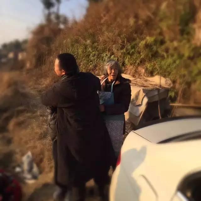 周建海今年41岁,是杭州陈经纶体育学校的一名教练,老家在文成县百丈�T镇篁庄村。照片中的老妈妈是他母亲,名叫胡仙菊,今年80岁。由于工作原因,周建海平时很少有机会和父母亲团聚。今年1月26日,趁着春节假期,周建海回了老家,先和妻子一起看望了百丈�T镇篁庄村、大会岭村、二源村等地的8位老人,为每位老人送上爱心款200元钱及慰问品。