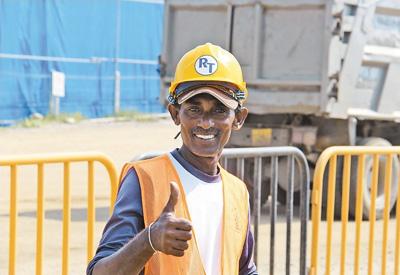 工程项目雇佣斯方员工超过1000人,高峰期能达到2500人左右。图为当地工人竖起大拇指赞扬这一工程。