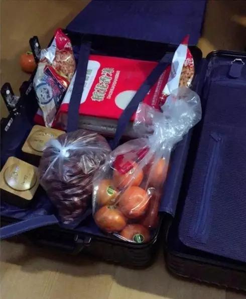 网友打开行李箱笑哭!妈妈怕孩子饿吃硬塞20斤米
