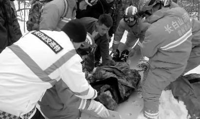 新文化报讯1月27日,大年三十,来自广东的梁先生徒步进入长白山国家级自然保护区探险,结果迷路被困山林24小时,于大年初一中午报警求救。接警后,长白山公安局、消防队、医院等部门派出40多人进山搜救,历时4个多小时最终于1月28日下午4时许将其安全救出。