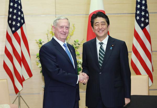 """有""""疯狗""""绰号的美国国防部长马蒂斯3日抵达日本,向日本首相安倍晋三表示将继续致力于对日防卫。"""