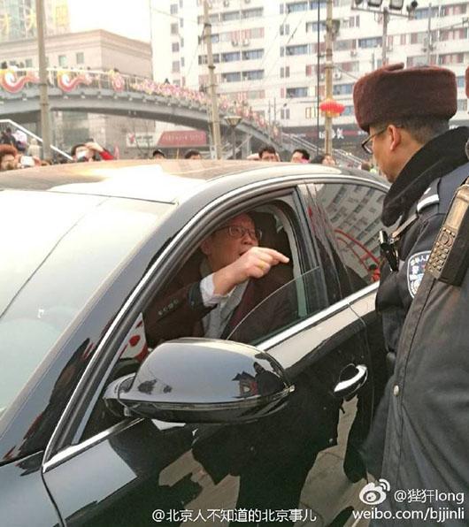 北京奥迪车主硬闯地坛庙会 呵斥民警:问问派出所长我是谁