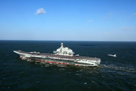 图为歼-15舰载战斗机准备着辽宁舰。