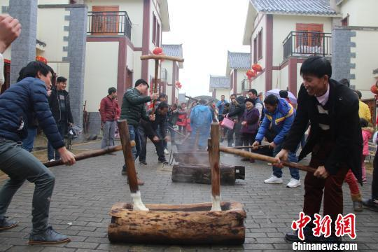 贞丰县者相镇茶林社区搬迁户打糍粑迎新年