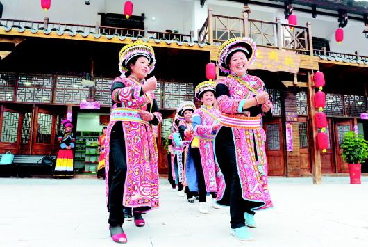 乔迁新居的居民们用传统舞蹈形式欢度新年