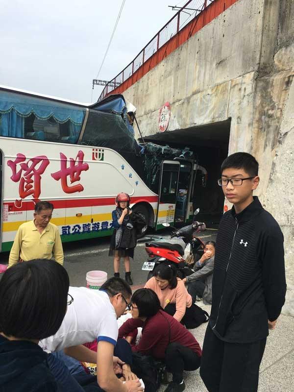 一切团员被救出临时在路边期待营救。图/陆客团章老师供给