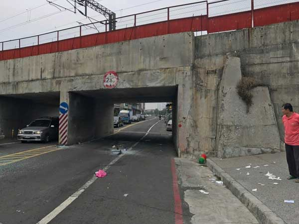 旅游车撞下限高2.8公尺涵洞。记者刘星君/拍照