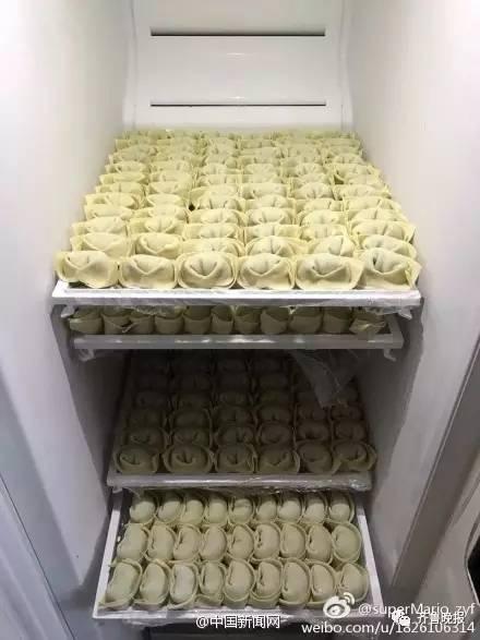晒完行李箱,网友又开端晒!冰!箱!新年后你家冰箱被爸爸妈妈的爱压塌没?