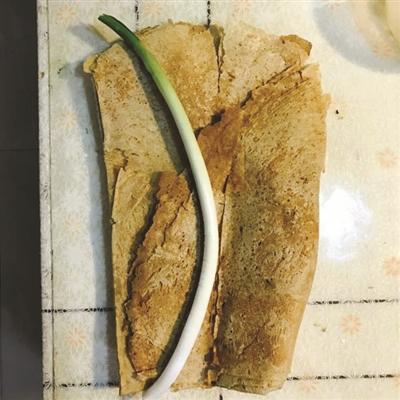 张密斯从江苏宿迁带回去的煎饼,母亲做的,婆婆爱吃,说杭州很难买到的。 相片由自己供给