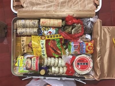 杭州罗蜜斯远嫁昆明,这是82岁的奶奶给她拾掇的行李箱。 相片由自己供给