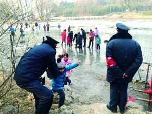 """今年冬季,北京各大冰场普遍开放较晚,而随着立春的到来,气温回升又让冰场不得不关闭。北海公园湖面已出现""""春江水暖鸭先知""""的情形;紫竹院公园湖面,工人正在拆除滑冰设备和设施,但就在另一侧意犹未尽的大人孩子,捡拾了废弃轮胎、木板做成简易冰车玩得正开心,直到保安巡视发现后将他们一一劝退。对""""滑冰季""""的缩水,不少市民直呼""""不过瘾"""",""""过去小时候寒假都在冰上过,现在想带孩子痛痛快快玩儿都难了""""。"""