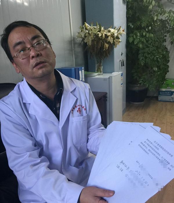 杨绍雷出示一沓《关于患者转院治疗的申明》。图片来源/中青在线