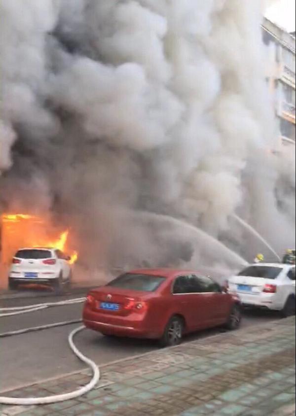 央视新闻2月5日消息,经央视记者核实,今天下午4时左右,浙江省天台县足馨堂足浴城着火,现场烈火浓烟滚滚,有人从窗户口跳下来逃生 。天台县消防中队接警后迅速出动赶赴现场进行全力灭火和救援被困人员。目前火灾已造成至少18人死亡,2人受伤。