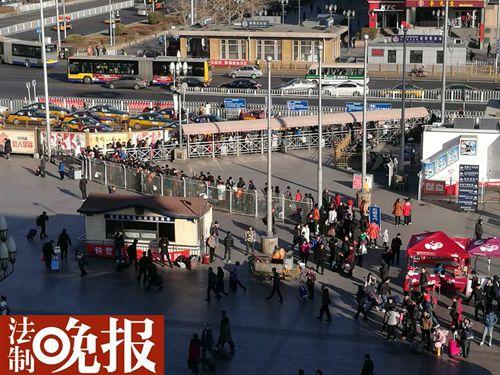 法制晚报讯(记者 张颖川)随着春节假期持续结束,北京站持续迎来返程高峰,连续五天开放第二出站口。此外出租车站前排起长队候车。