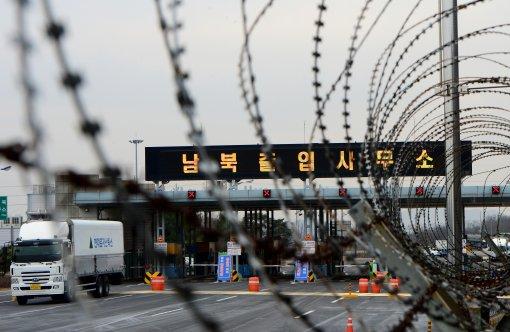 2016年2月11日,从开城工业园区装货撤回的车辆在韩国京畿道坡州市南北出入境管理事务所入境。(图片来源:new1)