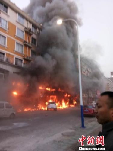 """浙江省天台县""""2.5""""火灾现场浓烟滚滚。 西苑巷居民许先生 摄"""