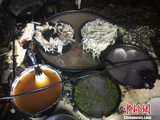 火灾现场残留的还未来得及端上桌的面条和汤。 何蒋勇 摄