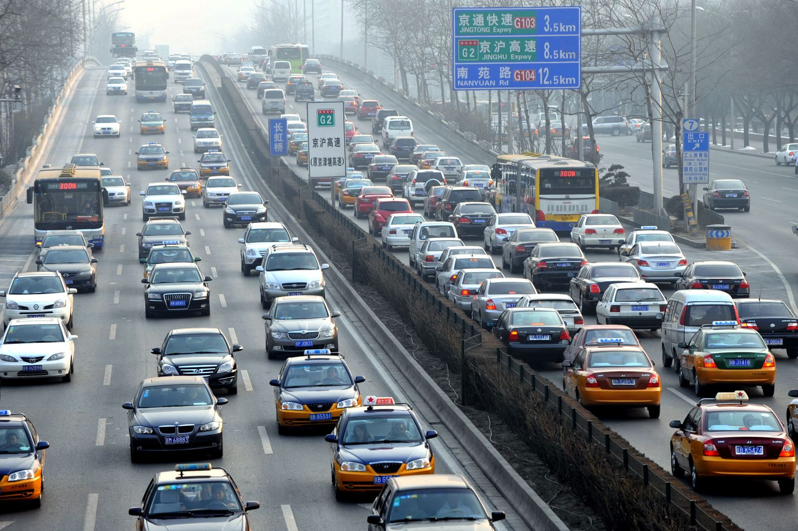 机动车已成为城市空气污染第一大污染源。摄影/章轲