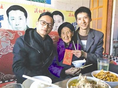 林志刚(左一)千里驱车到员工家拜年,并与员工家属合影