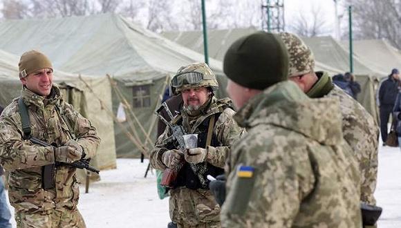 2017年2月1日,乌克兰阿夫杰耶夫卡,乌克兰军队和俄罗斯支持的民间武装在冲突频发的城镇阿夫杰耶夫卡发生暴力冲突。图片来源:视觉中国