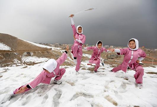 """2月3日,路透社报道了这群少女组成的""""少林武术俱乐部""""。在这个妇女运动被严令禁止的国家,该俱乐部实属罕见。"""