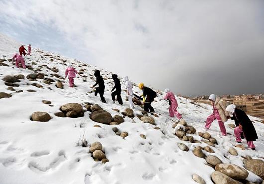 当地时间1月19日,女孩们爬上雪山,寻找习武的场所