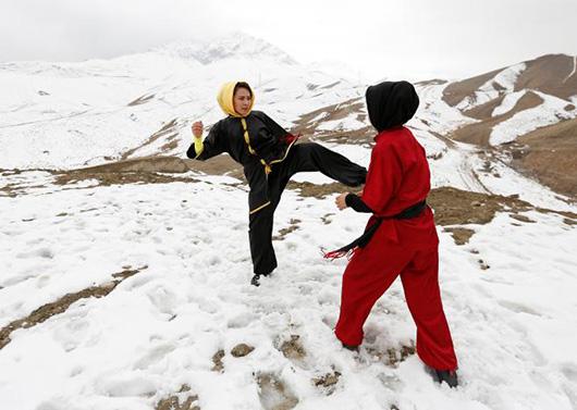 Sima Azimi(左)和Shakila Muradi(右)在山顶切磋