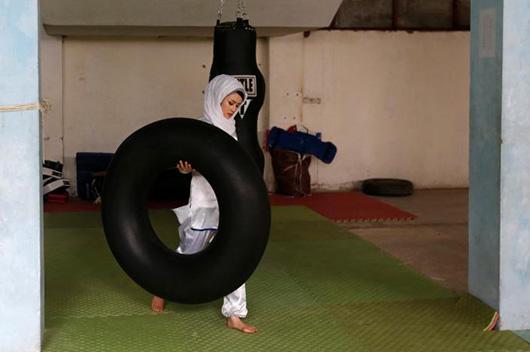 当地时间1月29日,20岁的Sabera Bayanne正在搬运器械,为武术训练做准备
