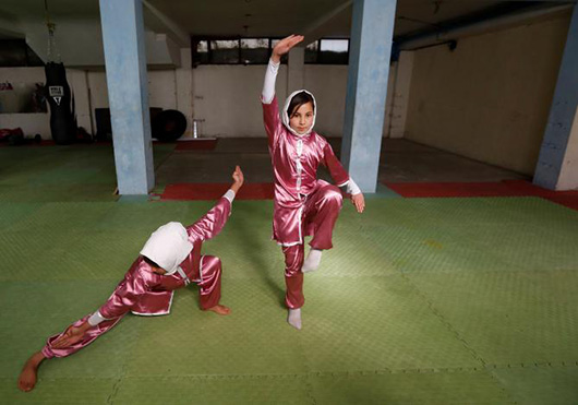 当地时间1月19日,15岁的Mena Azimi(右)与同伴练习武术动作