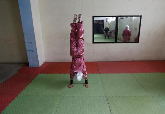 当地时间1月19日,一名学员正在练习倒立